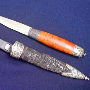 Sølbeslag til bunadkniv lages for hånd. Alle våre mannsbunader er utstyrt med tradisjonelle norske bunadkniver.