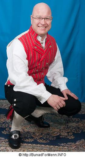 Mannsbunaden fra er et godt eksempel på en bunad hvor de viktigste trekkene som kjennetegner en militær uniform er beholdt. Frakk, bukse og vest er av samme type som var i bruk på siste halvdel av 1600 tallet.