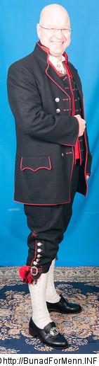 Nikkersen er sydd etter gamle snitt og design med lokk foran på buksen. Det er viktig at nikkersen har et snitt hvor linningen på buksen går på navlen, og buksen henger i bukseselene.