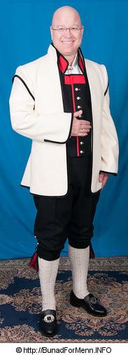 Den lange jakken til Sognebunaden er laget i svart Engelsk klede, som er et ullstoff vevet som såkalt toskafta materiale av ren ull med innblanding av Merinoull. Merinoullen gjør at materialet holder press lengre og trekker mindre støv en vanlig Vadmelstoff.