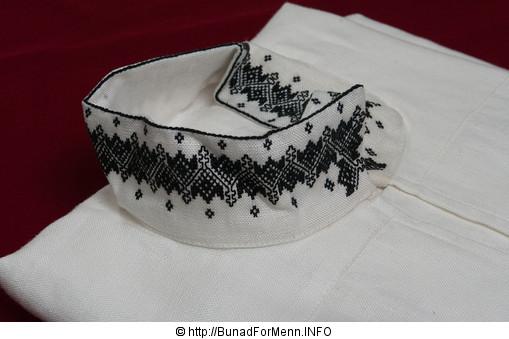 Den håndbroderte linskjorten til Øst-Telemark bunaden er laget av aller beste kvalitet. Dette er et lin som er lett å stryke og kan koke vaskes om du skulle være så uheldig å søle på skjorten.