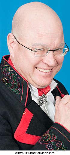 Mannsbunad fra Øst-Telemark med svart jakke og røde biser med silkesjerf og røde biser.  Halsnålen som på folkemunne er kalt Hornring er laget for hånd i klassisk filigran stil.