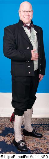 Norlandbunaden består av kort svart jakke , grønn silkebrokade vest, nikkers, sølvknapper mansjettknapper, linskjorten, håndstrikkede strømper og fingerflettede hosebånd, silke sløyfe, broderte bukseseler og bunadspose.