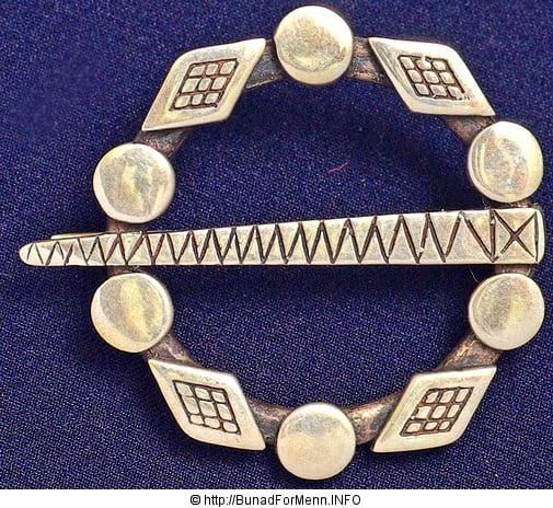 Dette er en såkalt djevel ring og skulle beskytte mot onde ånder og annen styggedom i henhold til folketradisjonen i Valdres.