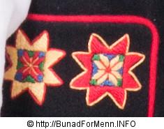 Jakken til mannsbunad fra Fana er laget i svart klede av aller beste kvalitet. Jakken har svart silkefor innvendig.