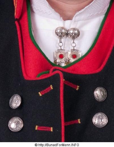 Vi lager knappene i et tradisjonelt 5 blads rose mønster som er det mest brukte mønsteret i sølvet til denne bunaden. Sølvet er merket med 830 S da dette er den norske sølvstandard merkingen.