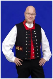 Henning Kumle iført Fanabunaden uten jakke.