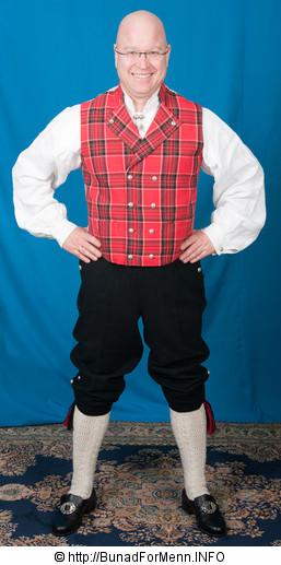 Buksen til bunaden er laget av samme materiale som jakken. Her er det brukt Engelsk klede av aller beste kvalitet.