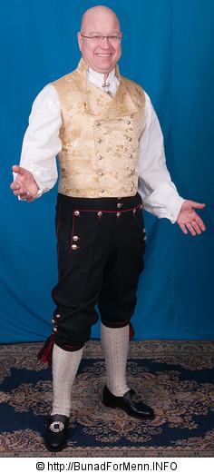 Den korte jakken til Rogalandbunaden er laget i drapé som er et fint fransk ullstoff fra siste halvdel av 1800 tallet.