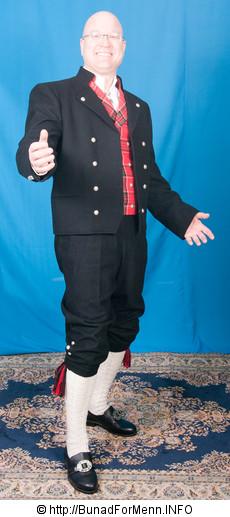 Buksen til bunaden er laget av samme materiale som jakken.