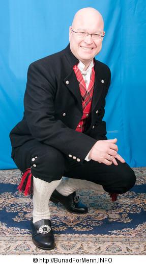 Her er det brukt Engelsk klede av aller beste kvalitet. Bunad For Menn lager både nikkers og lang bukse til bunaden.