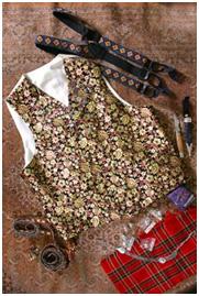 Vest i silkebrokade, håndbroderte bukseseler og håndsmidd sølvbeslått kniv til Gudbrandsdalsbunad med lang jakke.