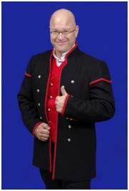Vest i rød silkebrokade til Gudbrandsdalsbunad med lang jakke.