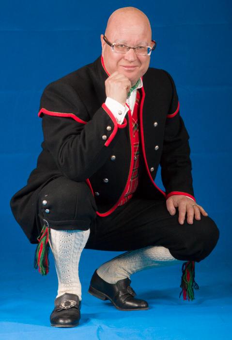 Jakken til mannsbunad fra Gudbrandsdalen er laget i svart- eller hvitt klede av aller beste kvalitet. Jakken har svart- eller hvitt silkefor innvendig.