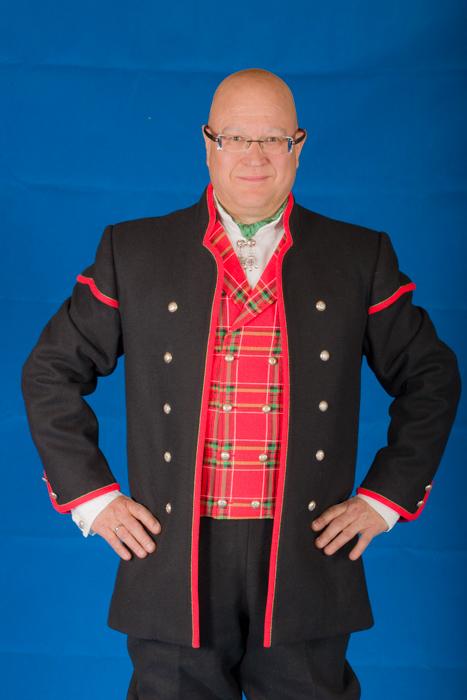 Den lange jakken til Gudbrandsdalbunaden er laget i svart eller hvit Engelsk klede, et ullstoff vevet som såkalt toskafta materiale av ren ull, med innblanding av Merinoull