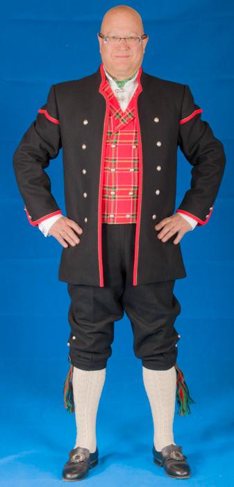 Den lange jakken er kantet med røde biser slik det er vist på bildet.