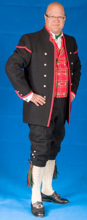 Nikkersen til bunaden er laget av samme materiale som jakken.