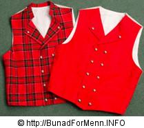 Mannsbunad fra Gudbrandsdalen med kort jakke leveres med skotskrutet rød vest og ensfarget rød vest. Begge i ullstoff.