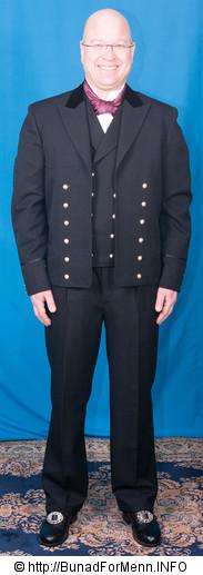 Lang bukse til bunaden er sydd etter gamle snitt og design med gylf istedenfor lokk foran på buksen. Det er viktig at buksene har et snitt hvor linningen på buksen går på navlen og buksen henger i bukseselene.