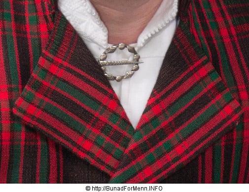 Når det gjelder sølvpennen i halsen lager vi et klassisk anheng med Gotiske kors og en tradisjonell hal snål formet som en ring.