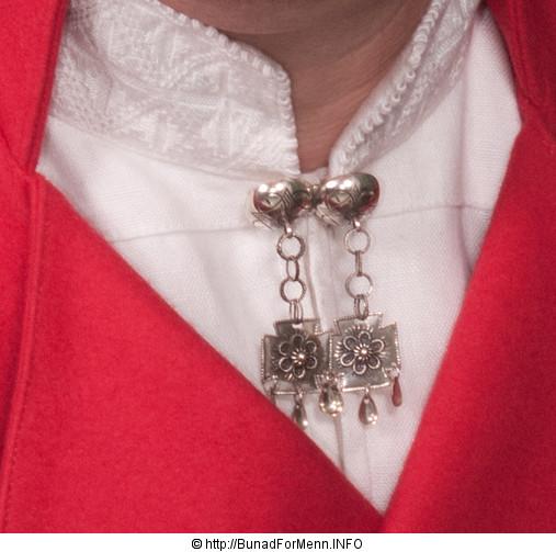 Sølvet til mannsbunad fra Vestfold er merket med 830 S da dette er den norske sølvstandard merkingen. Vi lager knappene i et tradisjonelt mønster som er det mest brukte mønsteret i sølvet til denne bunaden.