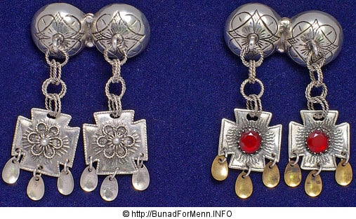 Vi lager knappene i et tradisjonelt mønster som er det mest brukte mønsteret i sølvet til denne bunaden. Alt vårt sølv er laget i vår egen sølvsmie av sølvsmeder med høy fagkompetanse.