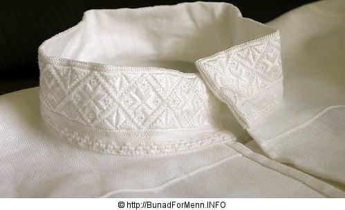 Den håndbroderte linskjorten til mannsbunaden Vestfoldbunaden er laget av aller beste kvalitet. Dette er et lin som er lett å stryke og kan koke vaskes om du skulle være så uheldig å søle på skjorten. Det er viktig at skjorten er i lin da lin puster i motsetning til bomull.
