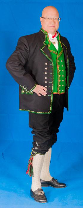 Vesten til Hardangerbunaden er laget i grønt eller rødt ullstoff, og brodert med samme mønster som jakken. Bunad For Menn har valgt farge og broderier på vesten med bakgrunn i den opprinnelige Hardangerbunaden som fortsatt er i bruk i Hardanger.