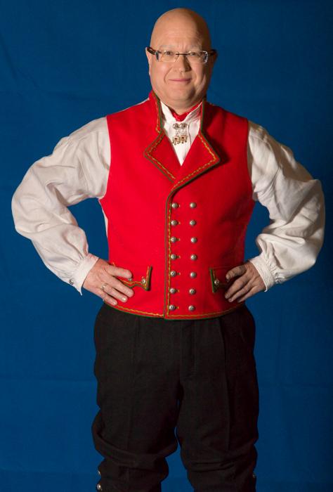 Mannsbunad fra Hardanger med rød vest er laget av de beste stoffer.