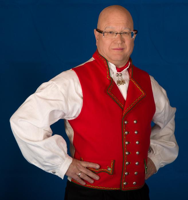 Vesten til Hardangerbunaden er laget i grønt eller rødt ullstoff, og brodert med samme mønster som jakken.