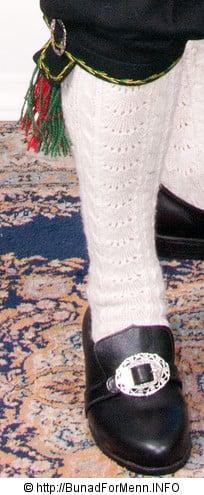 Buksen til Hardangerbunaden er laget av svart Engelsk klede. Her er det brukt klede av aller beste kvalitet.