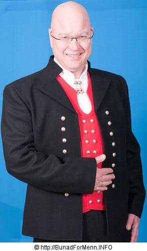 Mannsbunad fra Sunnmøre leveres med jakke i Engelsk klede med svarte biser.