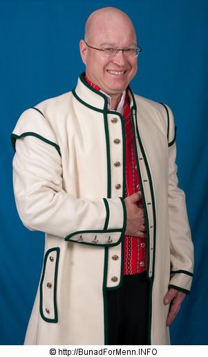 Den lange frakken til Østfoldbunaden er laget av hvit Engelsk klede, som er et ullstoff vevet som såkalt toskafta materiale av ren ull med innblanding av Merinoull.