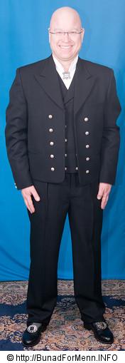 Vest-Telemark bunaden består av jakke, lang bukse, vest, håndlagde filigran sølvknapper, mansjettknapper, halsnål (Hornring), brodert linskjorten, silkeskjerf, broderte bukseseler og bunadspose.