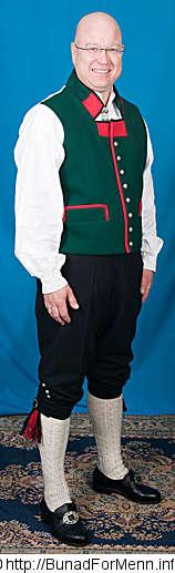 Grønn vest til Sognebunad med gult mønster på kragen. Legg merke til den røde delen av kragen med gult sikksakk mønster også er brukt som dekor foran i halsen på vesten.