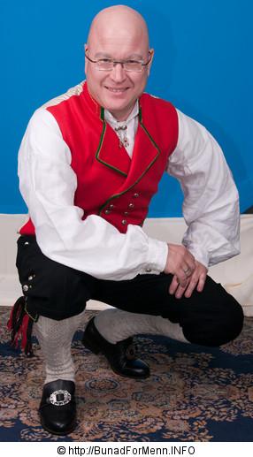 Jakken til Hardangerbunaden er laget i klede av aller beste kvalitet. Jakken har et svart silkefor innvendig.