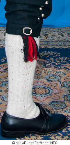 Strømper og hosebånd til Nordmørebunaden er håndlagde i norsk ull av aller beste kvalitet. Strømpene er strikket i ubleket garn med et tradisjonelt flettemønster.