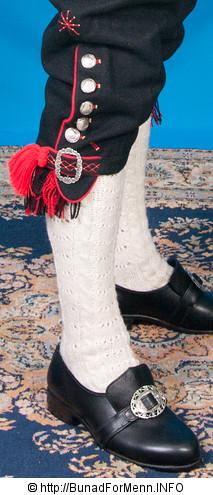 Nikkersen til Fana bunaden er laget av samme materiale som jakken. Her er det brukt klede av aller beste kvalitet med håndbrodert dekor.