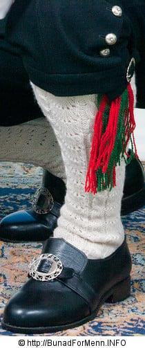 Strømper og hosebånd er håndlagde i norsk ull av aller beste kvalitet. Strømpene er strikket i ubleket garn med et tradisjonelt flettemønster. Hosebåndene lages i mange ulike varianter som står til mønsteret og fargen på vestene som hører til bunaden. Det er fritt valg etter egent ønske når det gjelder hvilke hosebånd du kan bruke på bunaden.