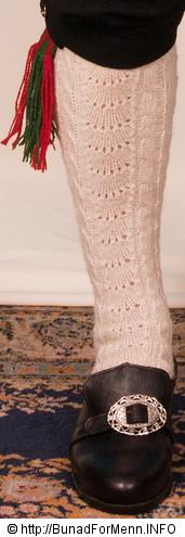 Strømper og hosebånd er håndlagde i norsk ull av aller beste kvalitet. Strømpene er strikket i ubleket garn med et tradisjonelt flettemønster. Hosebåndene lages i mange ulike varianter som står til mønsteret og fargen på vestene som hører til bunaden.