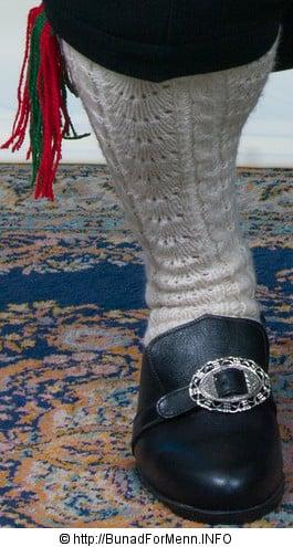 Strømper og hosebånd er håndlagde i norsk ull av aller beste kvalitet. Strømpene er strikket i ubleket garn med et tradisjonelt flettemønster. Hosebåndene lages i mange ulike varianter som står til det ulike mønsteret og farger på vestene som hører til Valdresbunaden.