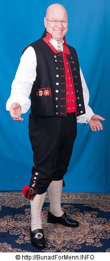 Den svarte ullvesten også kalt «en jakke uten ermer» er laget av svart Engelsk klede. Vesten er dekorert med håndbroderte motiver og har et svart ullstoff i ryggen.