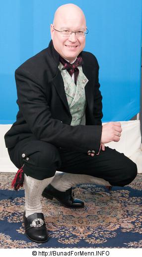Jakken er laget i svart klede slik det er vist på bildet på vår nettside. Bunad For Menn har lagt vekt på både kvalitet og etnisitet når de har valgt ut leverandører av materialet til sine bunader. Jakken til Norlandbunaden er laget i klede av aller beste kvalitet.