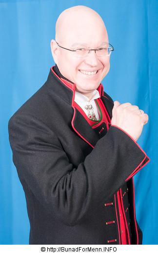 Fanabunaden består av svart lang jakke med røde biser og to vester.