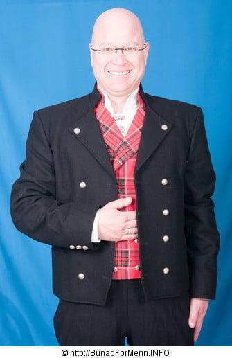 Gudbrandsdalbunad med kort jakke er en typisk 1800 talls militær uniform. Her avbildet med ullvest i Skotsk kilt mønster.