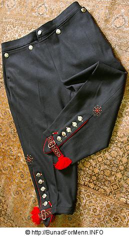 Nikkersen til Fana bunaden er laget av samme materiale som jakken.