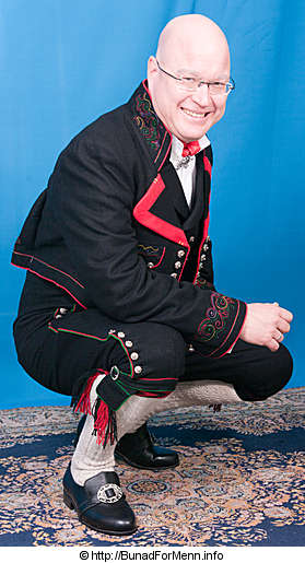 Bunad For Menn lager både nikkers og lang bukse til mannsbunad fra Øst-Telemark med svart jakke og røde biser. Langbuksen og nikkersen er sydd etter gamle snitt og design med lokk foran på buksen. Det er viktig at buksene har et snitt hvor linningen på buksen går på navlen og buksen henger i bukseselene.