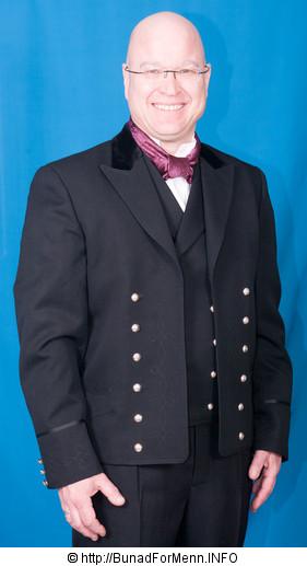 Mannsbunad fra Hallingdal. Hallingdalbunaden består av jakke, lang bukse, vest, sølv knapper, mansjettknapper, brodert linskjorten, silke skjerf, broderte bukseseler og bunadspose.