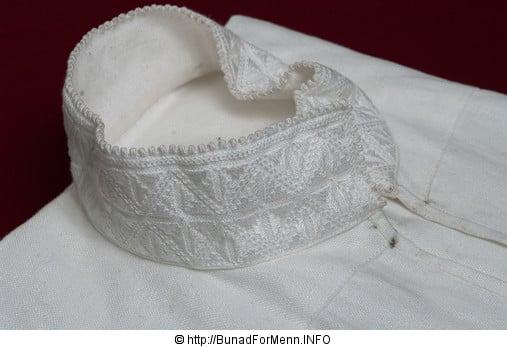 Den håndbroderte linskjorten til herrebunadne fra Vestfoldbunaden er laget av aller beste kvalitet. Dette er et lin som er lett å stryke og kan koke vaskes om du skulle være så uheldig å søle på skjorten. Det er viktig at skjorten er i lin da lin puster i motsetning til bomull.