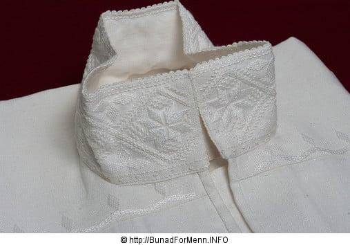 Vi pleier å si at linskjorter er varme om vinteren og svale om sommeren. De håndbroderte linskjortene er brodert på krage og mansjett i klassiske hvitsøm mønsteret også kalt «Fransk broderi».